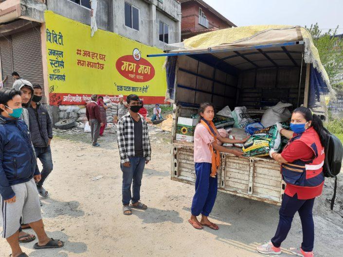 Nepalscy rolnicy otrzymują nasiona do zasiewu