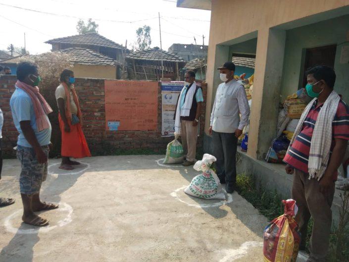 Nepalscy rolnicy otrzymują w ramach pomocy nasiona