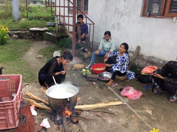 Nepalskie kobiety gotuja posiłek z produktów otrzymanych w ramach pomocy
